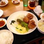 大阪王将 - 唐揚げセット。個数は4個だったが、連れに1個あげたので写真は3個しかない。味はなかなかのもので、サイズも大きく、満足した!