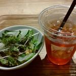 ベシャメルカフェ - サラダとドリンクです♪