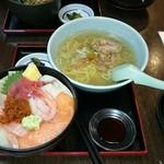 すみれ - 本日の海鮮丼(すみません、ご飯残しました…。)
