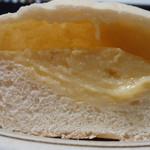 52811869 - 白いクリームパン(断面)