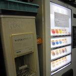 ラーメン二郎 - セルフサービス用の給水機の横に券売機。