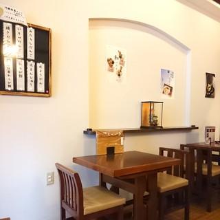 甘味処 川越 あかりや - 白い壁のシンプルな店内
