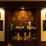 日比谷BAR WHISKY-SⅢ - 内観写真:禁酒法時代の隠し扉を再現!この棚を横にズラすと…