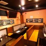 肉十八番食堂 - 気軽にお食事しやすい明るい店内です。