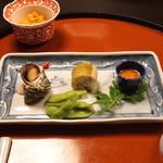 秋本 - 付出し (海鞘、白身の寿司、姫さざえ、枝豆)