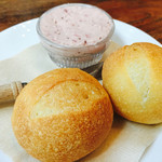 AsianCafeHiroz - カジュアルランチ(ピザorパスタ、パン、サラダ、ドルチェ、ドリンク)¥1280。パン1人ひとつ、ベリー系、バター付