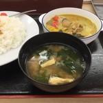 松屋 - グリーンカレーなので、味噌汁の使い道がわかりませんでした。(2016)