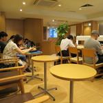ドトールコーヒーショップ - おひとり様用テーブル席も充実です。