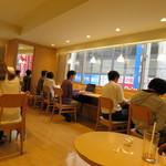 ドトールコーヒーショップ - 窓際のカウンター席
