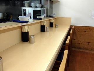 煮干鰮らーめん 圓 - 店内(カウンター席)