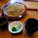 Sobanomiikkanjin - 生粉打ちせいろ(十割)900円 デザートとそば湯つき。十割そばは、お皿が丸く、薬味がわさびとねぎ。わさびは生を擂り下ろした状態ででますが、量は少ない