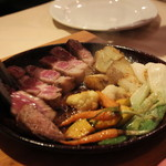 コメドール エステラ - スペイン産ラルポーク(熟成)の陶板焼き。たっぷりの季節の野菜とともに。