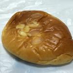 バックハウス・イリエ   - 見た目は普通のクリームパン