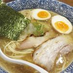 麺匠春晴 - 煮玉子入り濃厚煮干し鶏白湯ラーメン850円。
