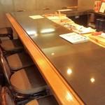 一匠 - コの字型のカウンター席は奥行があり、13席。目の前が板場。夜に大将のパフォーマンスを見乍らの食事は楽しそう。
