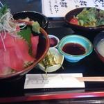 一匠 - 重ね鉄火丼 980円(税込) サラダ、漬物、少とろろ、茄子と青菜を煮た物、お味噌汁付き。