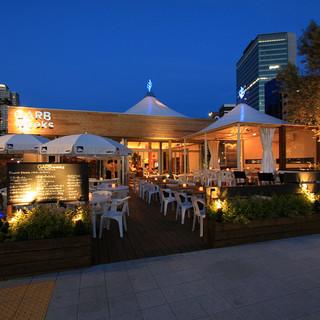 都会の喧騒を忘れる、カジュアルかつ開放感あるレストラン。