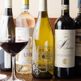 季節や料理に合わせて豊富に揃えるワイン!グラス¥800~