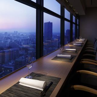 ホテル最上階から大阪の市街地を一望