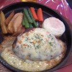 てぃーあっぷ - アツアツの鉄板でチーズハンバーグ