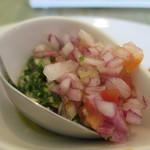 サンドイッチェリア ピギーズ - 赤タマネギとニンニクのビネガーソースとバジルソースアップ