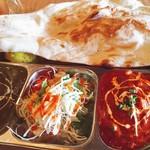 王様のカレー - サービスランチセット (トマトペーストの野菜カレーとほうれん草ペーストのチキンカレー)。ランチメニューの選択に迷ったら、取り敢えず これを召し上がって頂きたいです!