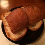 ビストロ 4匹の猫 - 小海老のガーリックバター焼きに付いてるパン