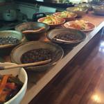 52905097 - 台の上に並ぶ小皿