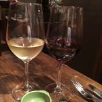 52907669 - 赤と白のグラスワイン