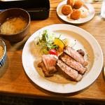 キッチンごりら - 帯広どろぶたロースステーキ250g & ホタテフライ