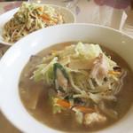 しん嘉 - チャンポン750円。                             食堂ともB級中華ともイメージが違う、なかなか上品なビジュアルです。