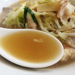 しん嘉 - スープは半透明の醤油色。                             飲んでみると、塩分・化調共に控えめのとても優しい味です。