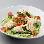 石庫門 - サーモンとおこげのサラダ
