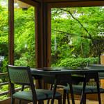 浜菊 - 菊乃間から見える庭園