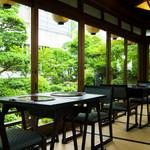 浜菊 - 菊乃間から見える中庭