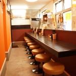博多ちゃんぽんえいと - カウンター席とテーブル席があります。