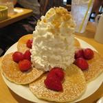 52935224 - パンケーキ(ストロベリー、ホイップクリームとマカダミアナッツ)