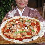 アラスカ - ここの名物はやっぱりピザかな♪海のカルツォン1,800円。シーフードピザってやつですね。