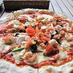 アラスカ - 具はエビとベビー貝柱を中心にしたシーフードがのったピザです。