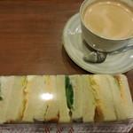 52941617 - ポテト&エッグサンド+コーヒー 390円