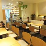 田頭茶舗 - 店内は女子だらけの抹茶大会。 丁度、昼時だったので、ランチをしてる方も多かったです。