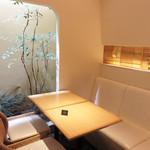 田頭茶舗 - 今回利用した窓際の席。 箱庭のような中庭が見えて、落ち着きます。
