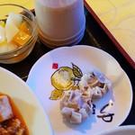 52944301 - シューマイと杏仁豆腐です。