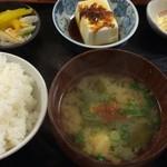 Tempurayasuda - 味噌汁、漬物、冷ややっこ、サラダ付き