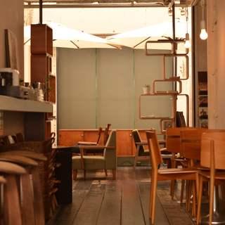 デザイナーズ家具に囲まれた店内