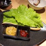 銀座羊屋 はなれ - 巻野菜のセット(¥518)。左:甘口の生姜挽肉味噌、右:辛味噌