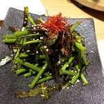 銀座羊屋 はなれ - ピリ辛ネギサラダ(¥518)。韓国海苔の塩味と、胡麻油の風味が秀逸。肉と一緒に食べると旨い