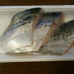 魚孝鮮魚センター - 鰆の半身をカットしてもらいました。¥580