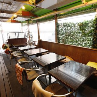 夏も冬も快適にお過ごしいただける、冷暖房完備のテラス席