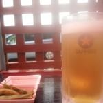 JIVA食堂 - 開店前に店の前で生ビール(枝豆サービス)